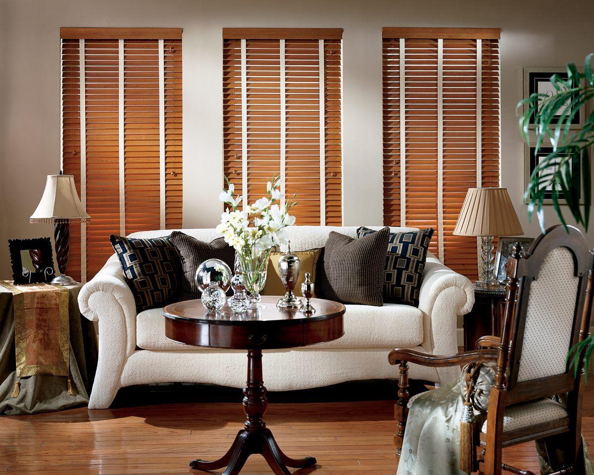 Estores de madeira para uma sala cl ssica fotos e imagens for Decoracion casa clasica moderna